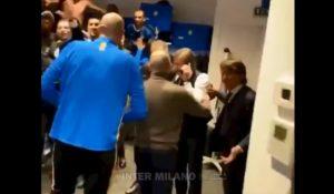 """Inter, la festa negli spogliatoi dopo la vittoria col Milan: """"Chi non salta rossonero è"""" VIDEO"""