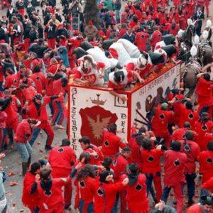 Scandalo al Carnevale di Ivrea: dal Generale messaggi spinti alla Vivandiera. Lei si dimette, lui viene destituito