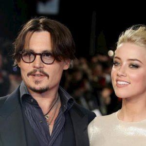 """Johnny Depp, sms contro Amber Heard: """"Voglio annegarla e bruciare il suo cadavere"""""""