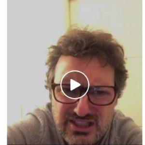 """Leonardo Pieraccioni scherza sulla raccolta differenziata: """"Non ci ho capito un c… Ora faccio una buca e..."""" VIDEO"""