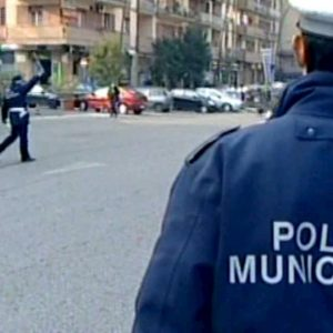 Roma, incidente sulla Pontina: auto si ribalta, morto un uomo
