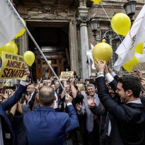 M5S in piazza contro i vitalizi. Manifestanti non vogliono alleanza col Pd
