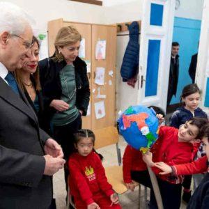 Il presidente della Repubblica Mattarella tra i bimbi cinesi, lui sì che ha isolato il virus