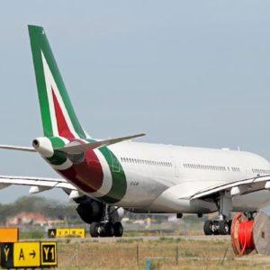 Coronavirus, volo Alitalia con 300 persone a bordo bloccato a Mauritius: quarantena o si torna in Italia