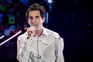 """Sanremo 2020, Mika omaggia l'Italia cantando """"Amore che vieni amore che vai"""" di De André"""
