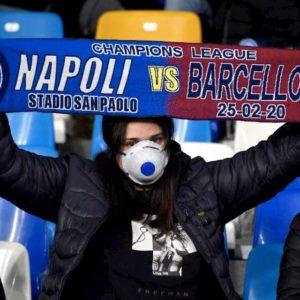 Coronavirus, Napoli-Barcellona: tifosi allo stadio con mascherina FOTO