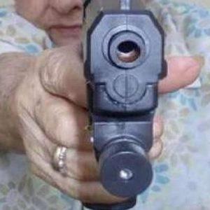 Usa, nonna con la pistola in Pronto Soccorso: rapisce nipote e scappa. Arrestata