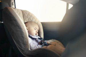 Bimbi in auto, le regole dicono: in senso inverso, sedile posteriore o airbag disattivato