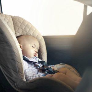 Bimbi in auto, le regole dicono: in senso inverso, sedile posteriore o airbag disinserito