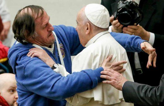 Papa Francesco, chi è l'uomo che lo ha baciato sulla fronte. La FOTO fa il giro del web