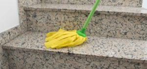 Pavimento bagnato nell'androne: se scivoli, condominio e impresa devono risarcire