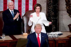 Nancy Pelosi strappa la copia del discorso di Trump sullo Stato dell'Unione