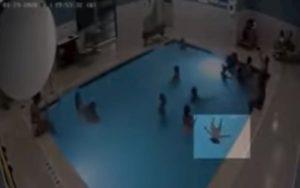 Bimbo sta annegando in piscina ma nessuno se ne accorge VIDEO