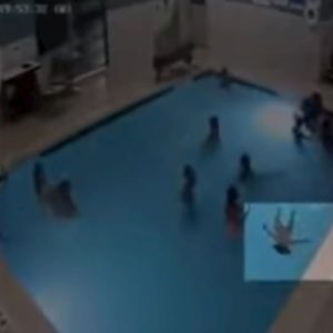 Bimbo sta annegando in piscina ma nessuno se ne accorge VIDEO