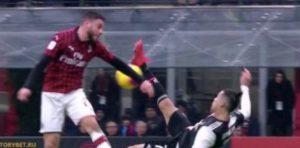 Milan-Juventus, rigore per mano di Calabria su rovesciata di Cristiano Ronaldo: Cr7 non sbaglia