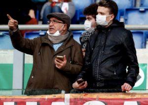 Roma-Lecce, effetto Coronavirus: tifosi allo stadio con la mascherina FOTO