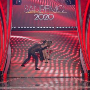 Sabrina Salerno rischia di cadere dalla scala a Sanremo 2020