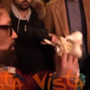 Sardine contestate in Basilicata da un loro esponente che gli regala aglio VIDEO