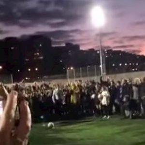 Il sindaco di Madrid inaugura un campo da calcio ma il rigore è comico VIDEO