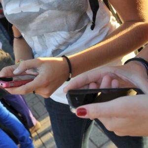 Internet, 50 mln di italiani online per 6 ore al giorno. Il 94% ha uno smartphone