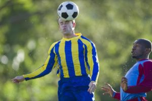 Colpi di testa nel calcio, la Scozia li vieta ai bambini sotto i 12 anni