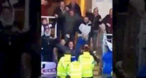 Newcastle vince nei supplementari, il gesto osceno del tifoso viene beccato dalle telecamere