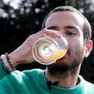 """Beve un bicchiere della sua urina al giorno: """"Ringiovanisce, idrata e mi fa stare in forma"""""""
