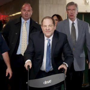 Harvey Weinstein riconosciuto colpevole di violenza ma non di serialità. Rischia fino a 25 anni