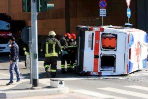 Milano, ambulanza si ribalta dopo scontro con auto: feriti due soccorritori