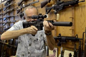 Coronavirus, più armi che tamponi: negli Usa corsa all'acquisto di pistole e fucili