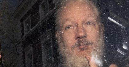Assange condannato due volte. L'estetica del tribunale è il messaggio