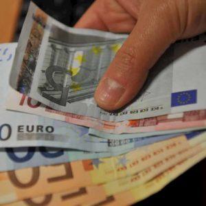 Reddito medio lavoratore italiano, mancano 4 mila euro a testa. Chi è stato?