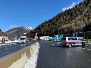 """Coronavirus, 80 km di coda verso il Brennero: sono i tir in """"fuga"""" dall'Italia"""