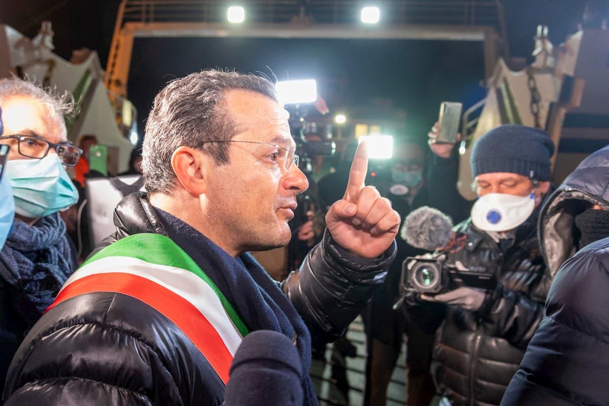 Coronavirus, a Messina il sindaco De Luca in porto per fermare gli arrivi da Villa San Giovanni VIDEO