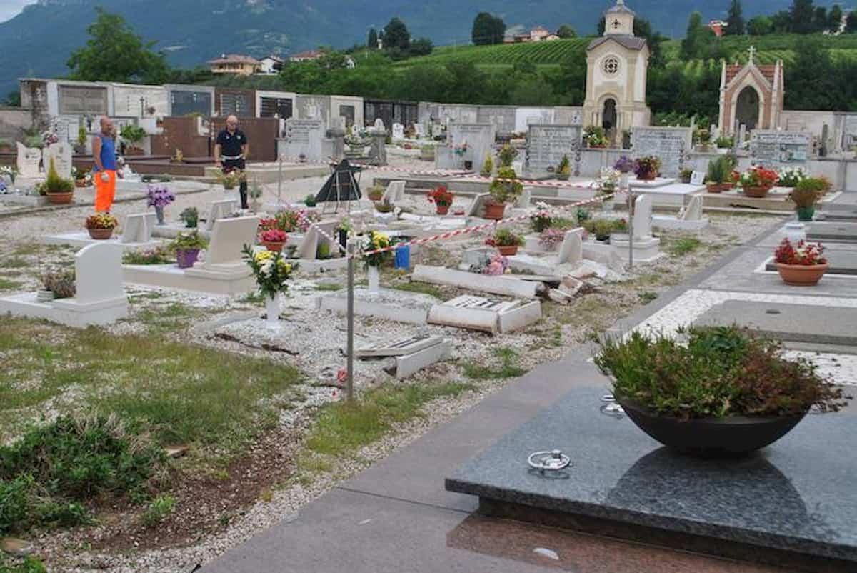 """Monsignor Paganini, Parroco di Cellatica, messaggio a una ragazza sul muro del cimitero: """"Mollalo"""""""