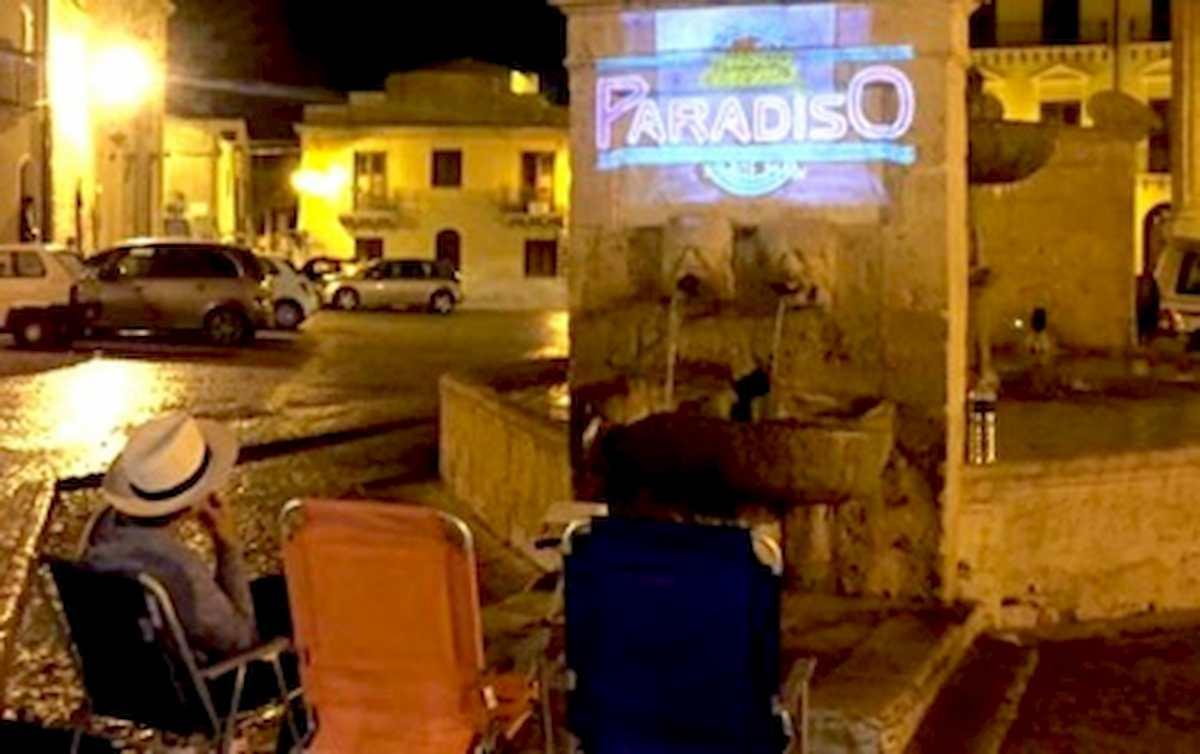 Coronavirus, a Pisa i film sul palazzo di fronte: Olga e Francesca li proiettano ogni sera per il vicinato