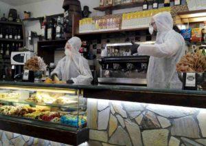 Coronavirus, l'Italia dell'autocertificazione e del caffè al bar mette troppa gente in giro