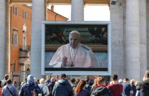 """Coronavirus, l'angelus del Papa in streaming: """"Sono ingabbiato, vicino a chi soffre e chi cura"""""""