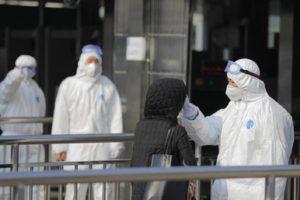 Coronavirus, i morti sono infettivi, funerali prudenti in Irlanda, baci e abbracci a Foggia