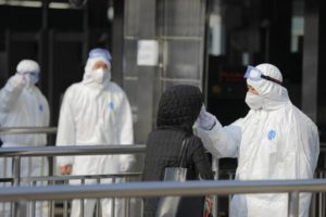 Coronavirus non ama i maschi: ne muoiono il triplo delle donne