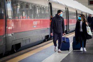 Coronavirus, solo posti a distanza in treno. Trenitalia cambia le prenotazioni