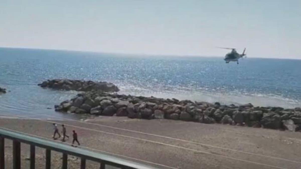 Coronavirus, a Salerno elicottero carabinieri si abbassa sulla spiaggia per allontanare tre giovani al mare VIDEO