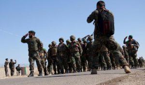 Afghanistan, i talebani uccidono soldati e poliziotti. E i negoziati di pace: raid Usa