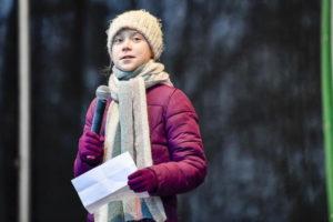 Greta Thunberg, adesivi della compagnia petrolifera incitano alla violenza