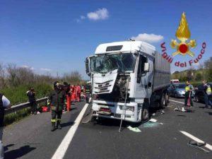 Arezzo: camionista fa un incidente sulla A1 e scopre di avere il Coronavirus. Pompieri e sanitari in isolamento