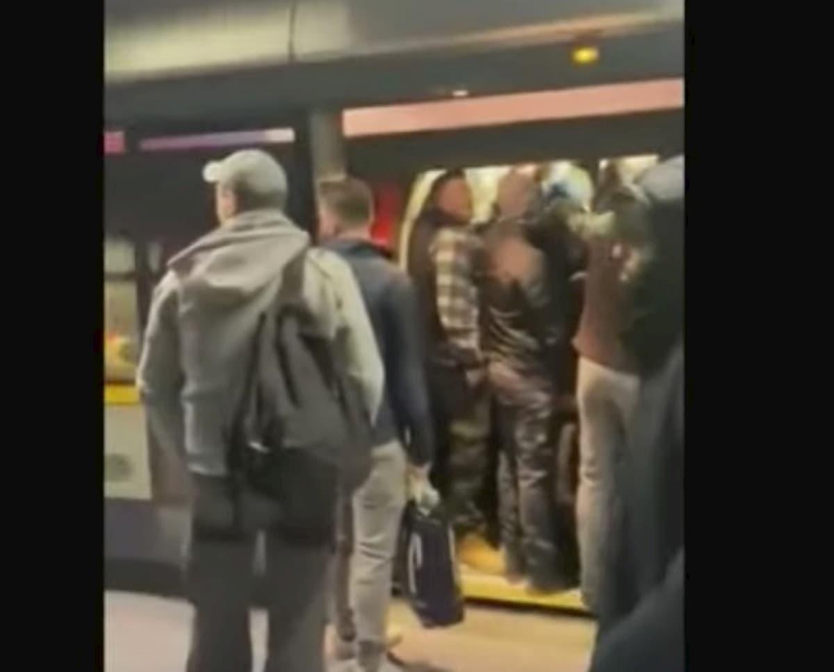 Coronavirus, Gran Bretagna in lockdown, ma la metro di Londra è piena VIDEO