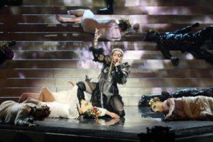 Madonna in lacrime: cade dal palco e annulla il concerto