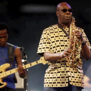 Manu Dibango è morto a Parigi di Coronavirus. Il sax africano che ha ridefinito il funky