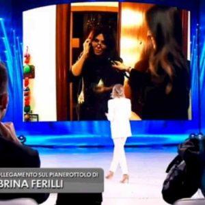 Amici serale, lo scherzo di Maria De Filippi a Sabrina Ferilli. Ma lei non fa entrare l'inviata
