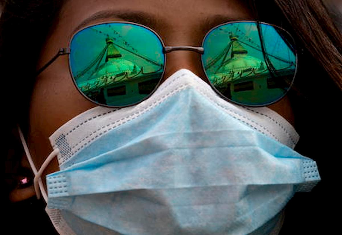 """Coronavirus, l'Oms: """"La mascherina per strada non serve. Mantenere le distanze è l'unica prevenzione"""""""